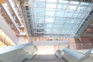 正面階段の上はガラス張りの吹き抜け空間になっている