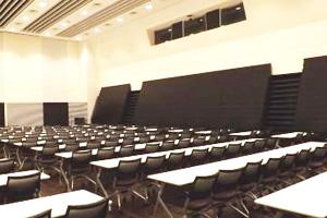 3F講堂。大ホールの一部を可動式パーティションで分割している