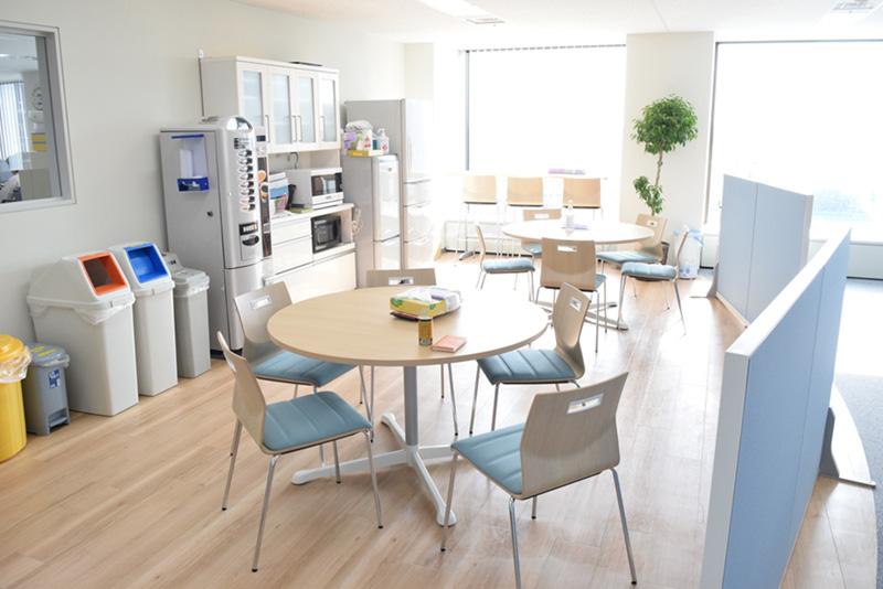 執務エリアに設置されたカフェスペース。管理部門とフリーアドレスのエリアの中央にあり、自由に利用できる