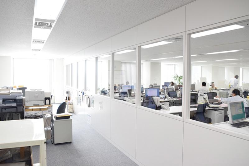 執務エリアの奥にはコールセンターがあり、ガラス張りにすることで開放感のあるフロアを遮らずに利用