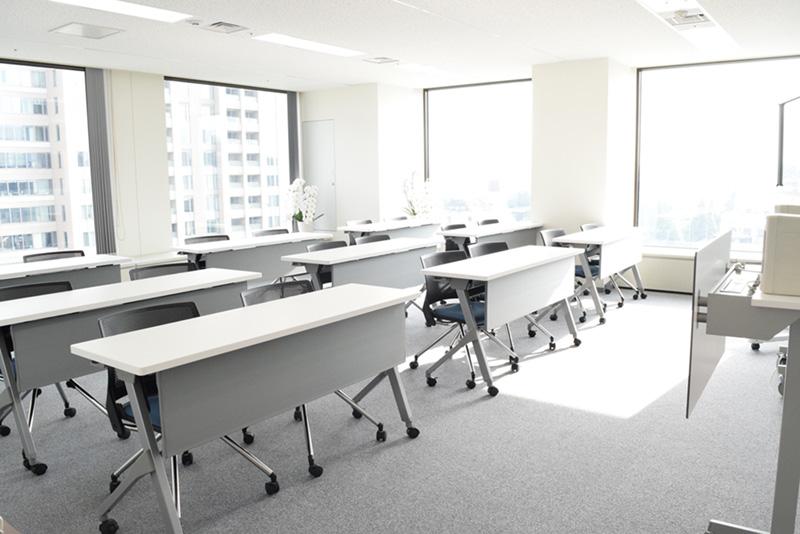 最も大きな会議室はセミナーにも活用できる広さ。正面には各営業所をつなぐモニタが設置されている