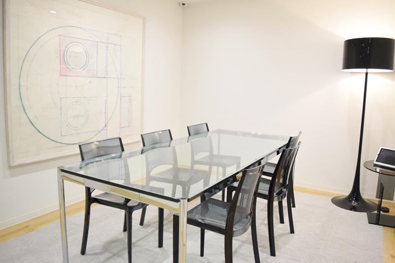 透明感のある会議室。大小さまざまな会議室が設けられている