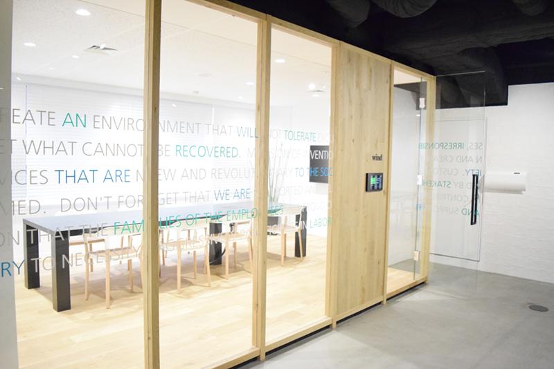 会議室のガラスにも企業理念が記されている