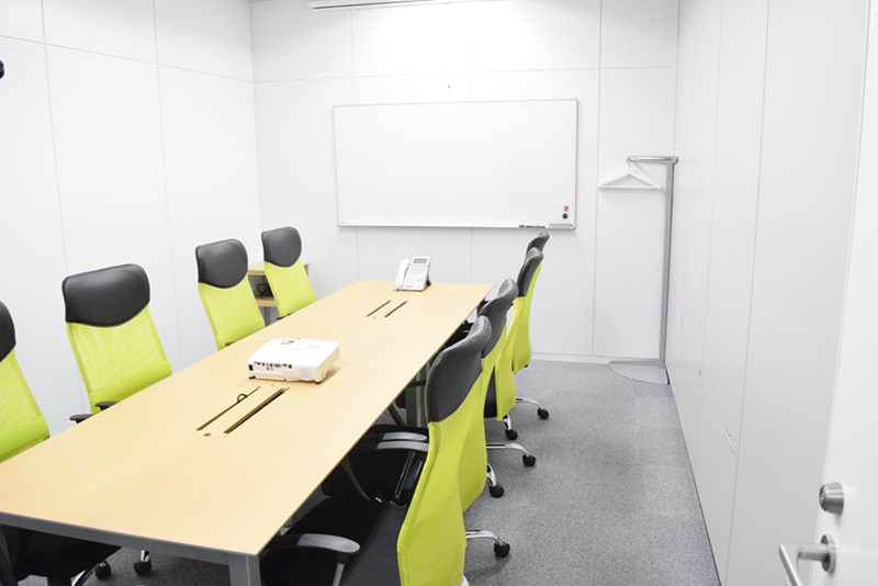 会議室はホワイトボードとプロジェクタを完備。来客対応から社内会議など幅広く利用できるようになっている
