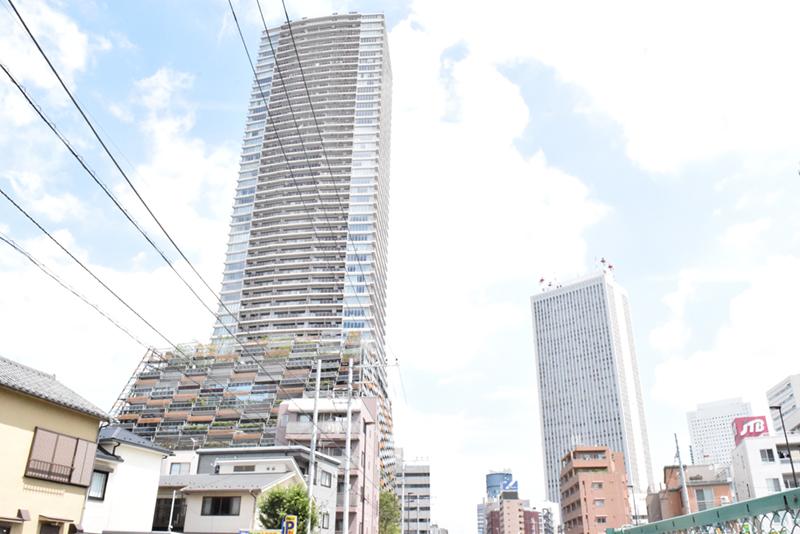 池袋に並び建つ「としまエコミューゼタウン」と「サンシャイン60」。全国初の区本庁舎一体高層マンションとして南池袋に移転した豊島区本庁舎は、エコミューゼタウンの1階から10階を使用
