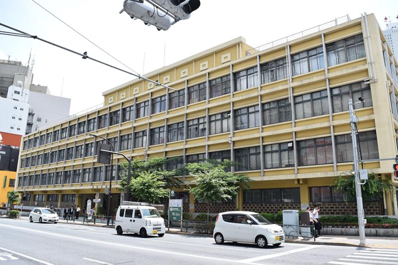 旧本庁舎では再開発計画が進行中。大規模オフィスと7つの劇場を含む複合施設に生まれ変わる予定