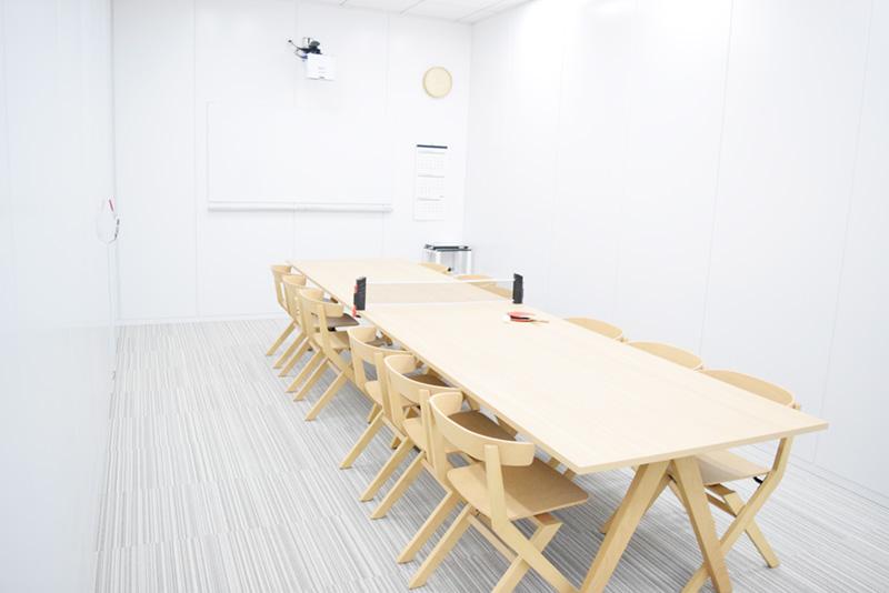木製の会議テーブルは卓球台としても活用することができる