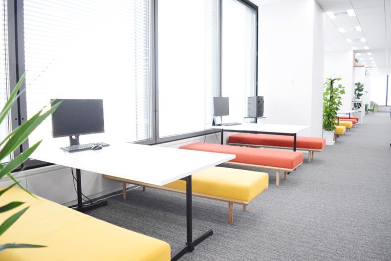 執務スペースの窓際に設置された打ち合わせテーブル。すぐに打ち合わせできる様々なスペースが設けられている