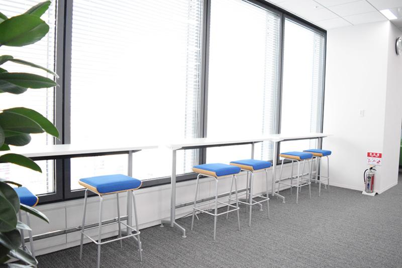 少人数での打ち合わせや集中スペースとしても使えるカウンターテーブル。執務デスクのすぐ隣に設けられている