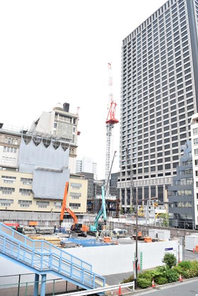 日本橋二丁目地区第一種市街地再開発事業のA街区の様子。保存される高島屋日本橋店が奥に見える