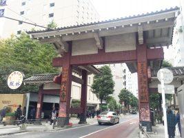 増上寺の芝大門。門の下を自動車が通る