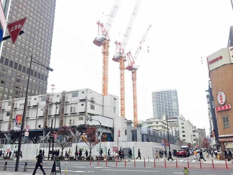 大規模な建築工事が進む(仮称)浜松町駅前プロジェクト。JR線のみならず、東京モノレールも利用でき、羽田空港へも直通。利便性の高いこのエリアに、実に3.2ヘクタールにわたる再開発が進んでいる