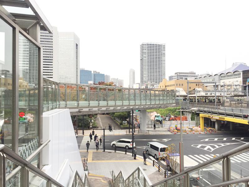 JR浜松町駅方面から歩行者デッキが整備され、首都高をまたいでビルに直結する計画