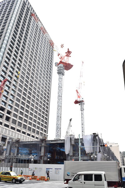 「東京日本橋タワー」を背に建設が進む「日本橋二丁目地区第1種市街地再開発事業」。高島屋日本橋店の保存を核とした再開発として注目されている