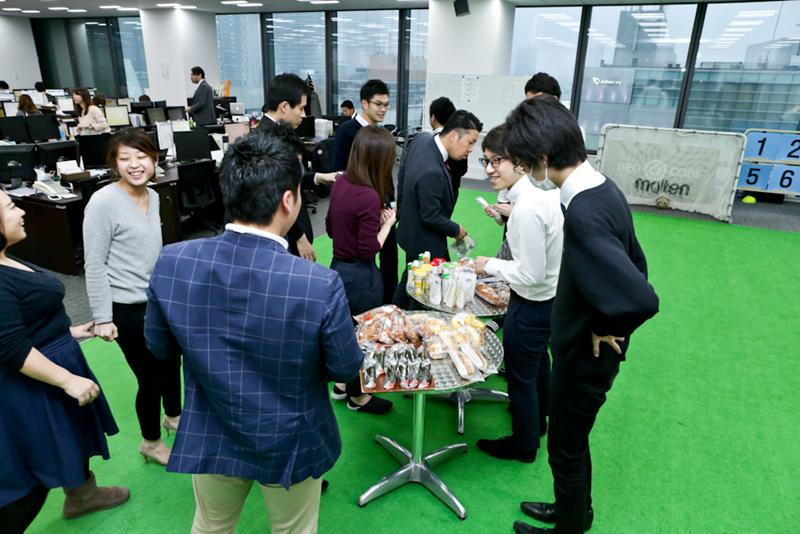 軽食はオフィス内にあるフットサルコートに並べられる