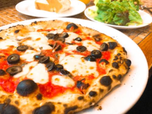 黒オリーブ・ケッパー・アンチョビ・トマトソース・モッツァレラチーズのピッツァ_R