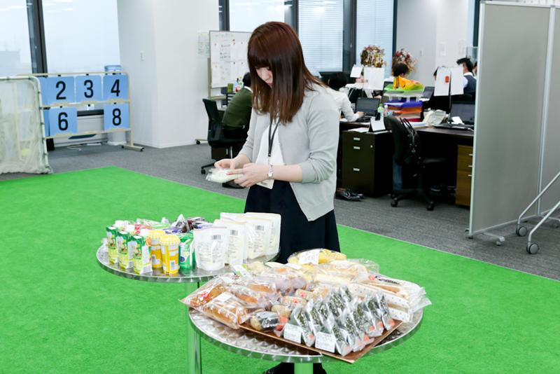 定刻になると社員の方がテーブルの上に軽食を並べる