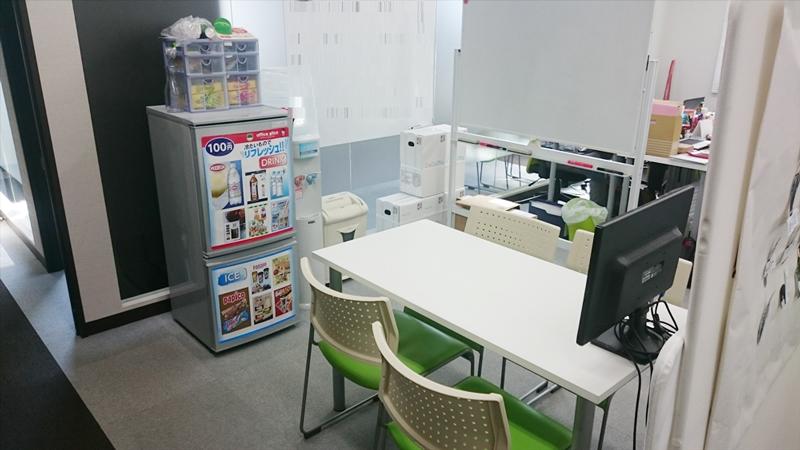 旧オフィスでは会議室不足が深刻になり、簡易の会議スペースをつくっていた
