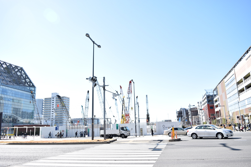 2017年3月現在の「(仮称)豊洲二丁目駅前地区第一種市街地再開発」の様子。右手に「アーバンドック ららぽーと豊洲」、左手に「豊洲駅」がある