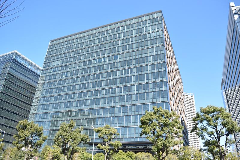 2014年に竣工した豊洲フォレスト。ビルの周囲も緑に囲まれており、ランチタイムには憩いの空間となっている