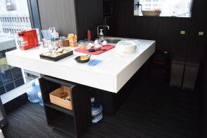 執務スペースの奥にはカウンターキッチンがあり、社員のためのフルーツが置かれている。食品会社として食べ物へのこだわりが見て取れる