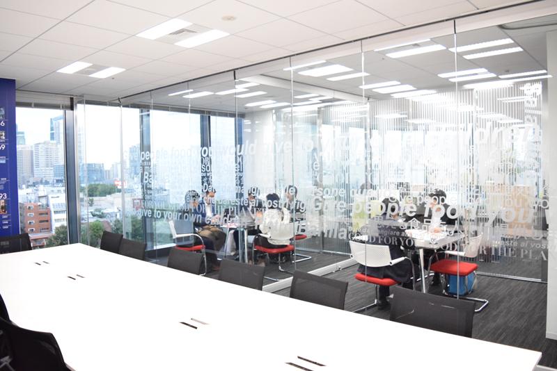 会議室を仕切る壁はガラス張りになっているだけでなく、スライディングウォールのため壁を移動させ、会議室をつなげて利用することも可能