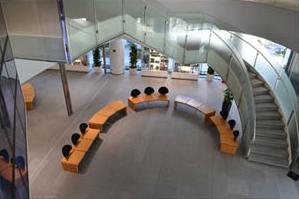 1階エントランスと2階は螺旋階段で結ばれている