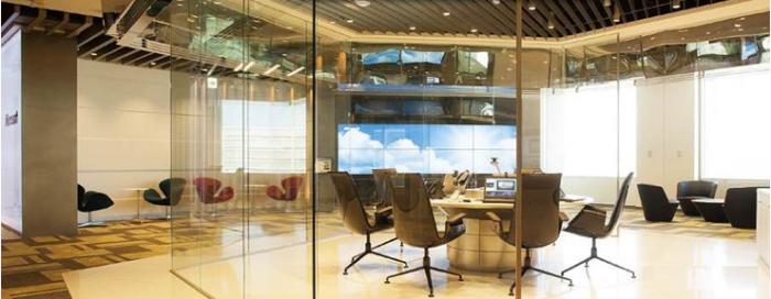 31階ロビー中央のショールーム。正六角形のガラス張りのスペースで同社の働き方を体験できる
